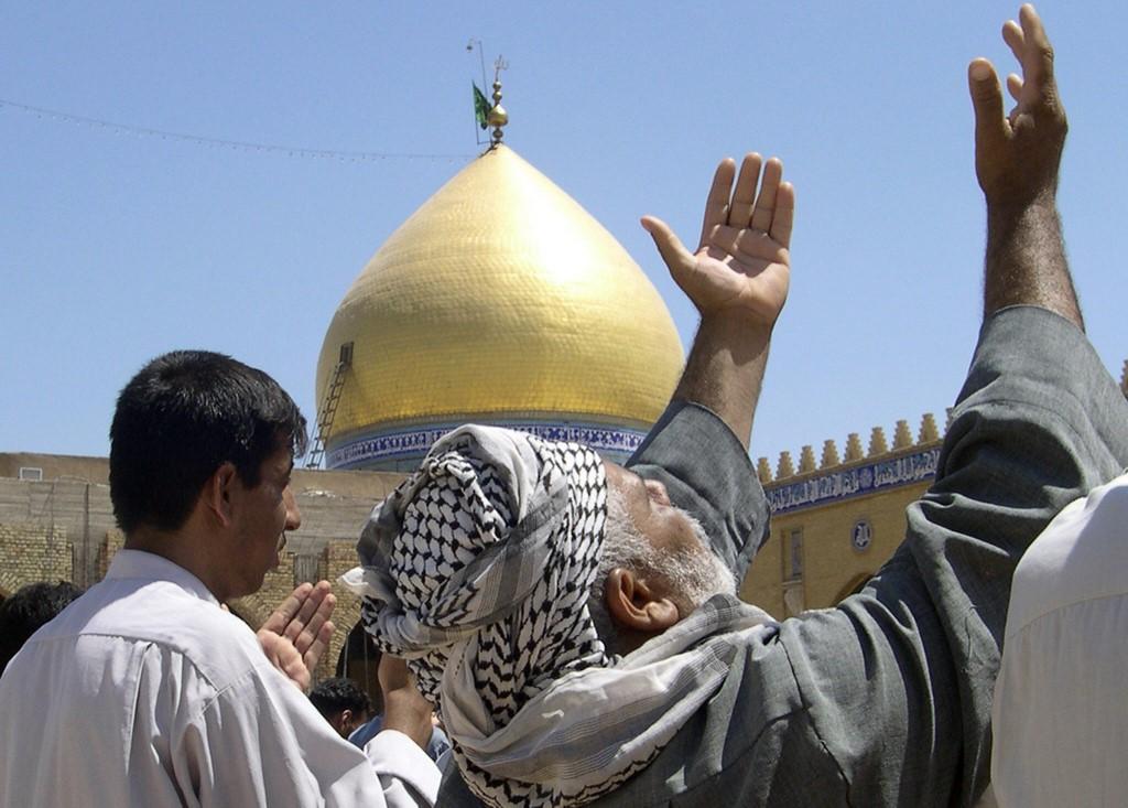 کوفہ میں نماز جمعہ ادا کی جا رہی ہے(اے ایف پی)