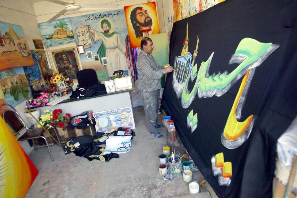 کوفہ کے 45 سالہ مصور راشد الخالدی اپنے کام میں مصروف ہیں (اے ایف پی)
