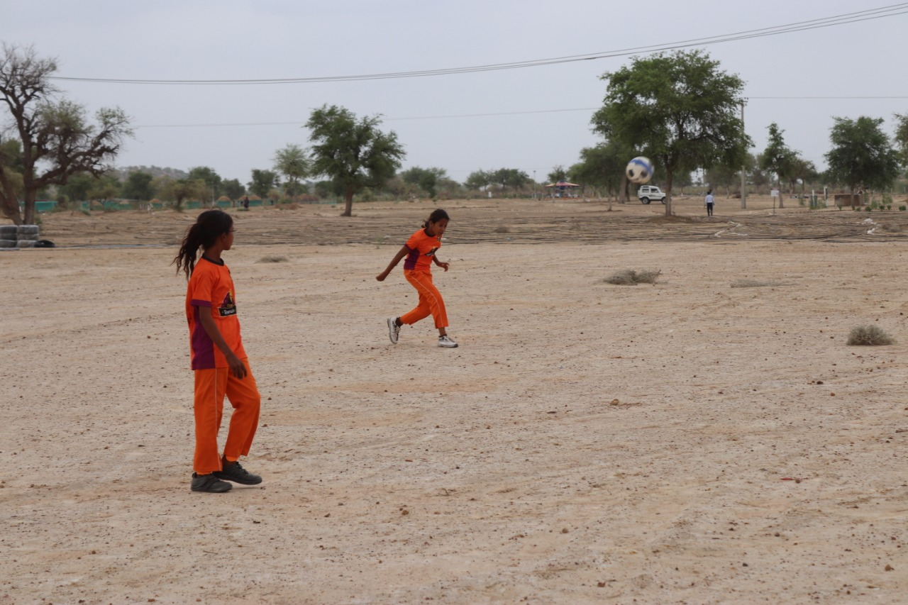 تھر فاؤنڈیشن کے زیر انتظام سکول میں فٹبال کھیلنے کا بھی انتظام ہے
