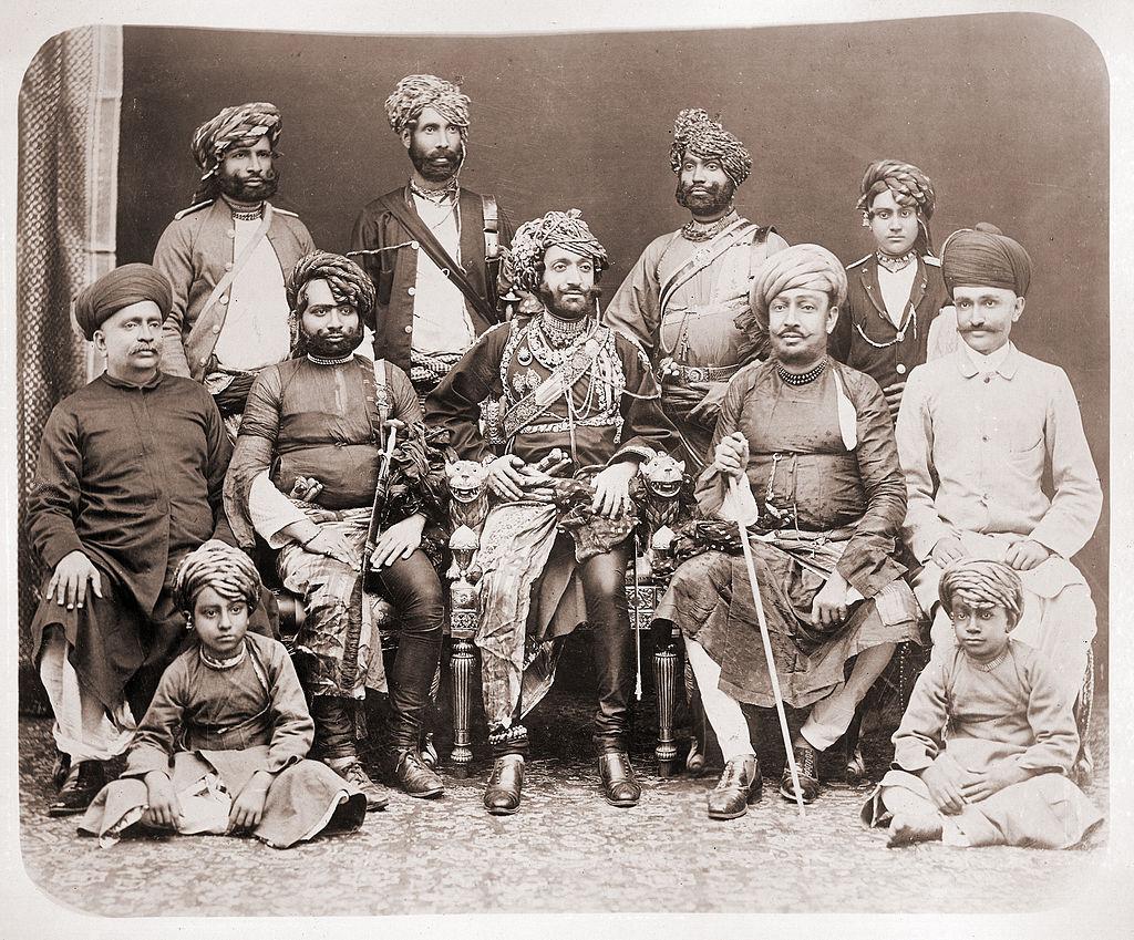 جونا گڑھ کے نواب بہادر خان جی سوئم (1892-1882) ریاستی حکام کے ہمراہ (برٹش لائبریری)