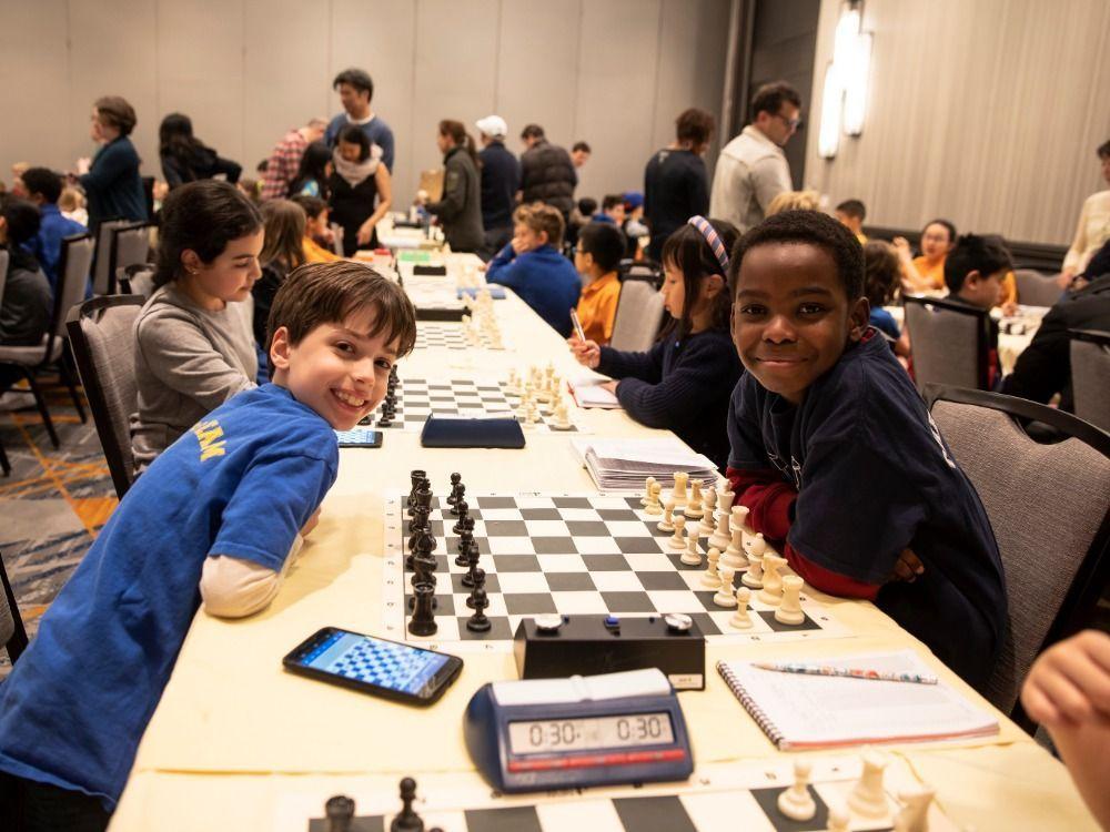 ٹینی اپنے ایک ساتھی کے ہمراہ شطرنج کھیلتے ہوئے۔ تصویر: بشکریہ گو فنڈ می