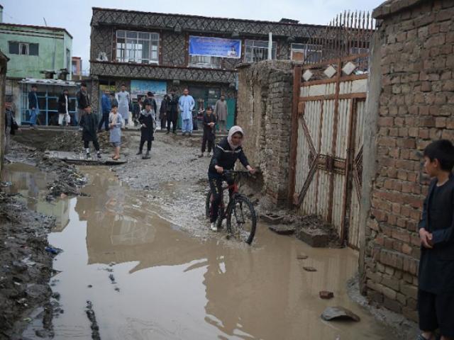 کبری شمیم کابل کی گلیوں میں سائیکل چلاتے ہوئے۔ اے ایف پی