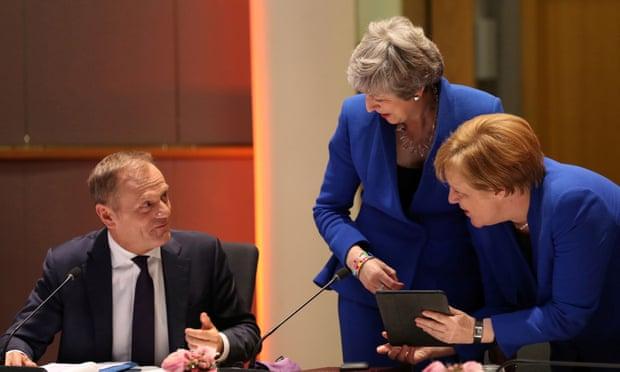 برطانوی وزیراعظم ٹریزامے (درمیان)، جرمن چانسلر اینگلا مرکل (دائیں) اور یورپی کونسل کے صدر ڈونلڈ ٹسک (بائیں) کے ہمراہ۔ تصویر: روئٹرز
