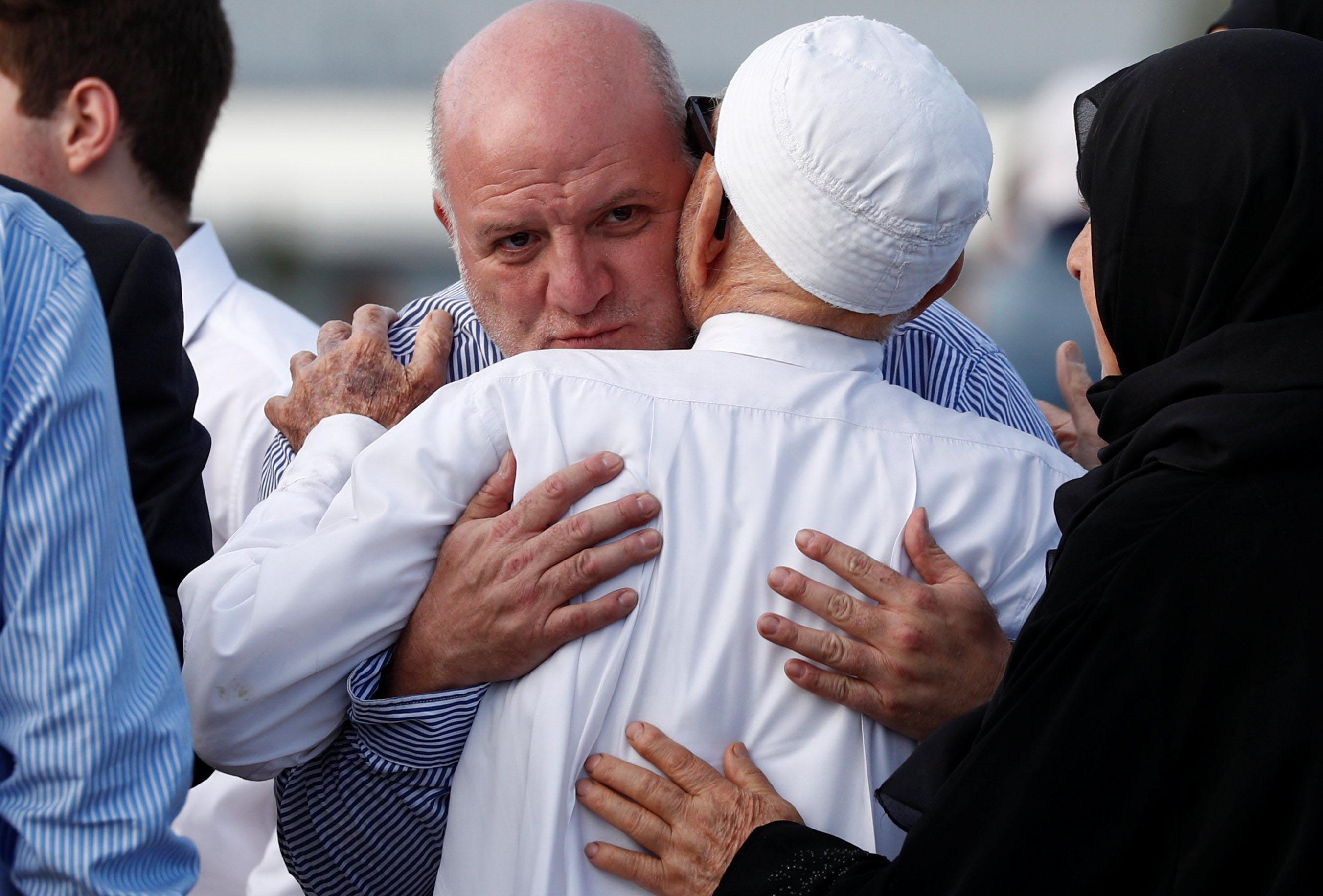 نمازِ جمعہ کے موقع پر جذباتی مناظر دیکھنے میں آئے۔ تصویر: رائٹرز