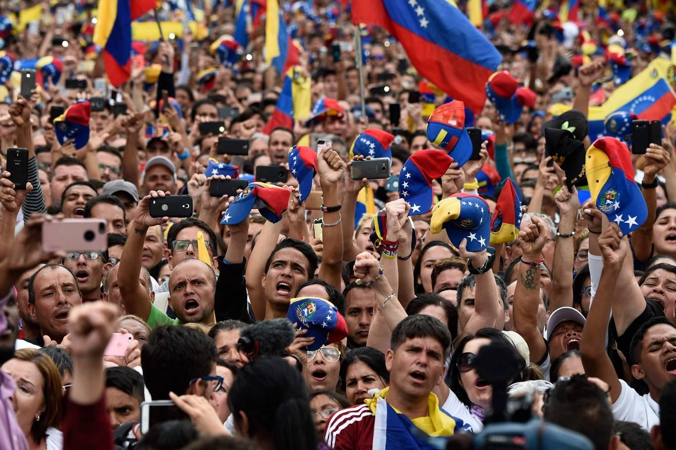 وینزویلن قومی اسمبلی کے سربراہ جوان گوئڈو کی جانب سے اپنے آپ کو 'عبوری صدر' کے اعلان پر کیراکس میں ایک ریلی میں شریک مظاہرین خوشی منا رہے ہیں۔ فوٹو۔اے ایف پی