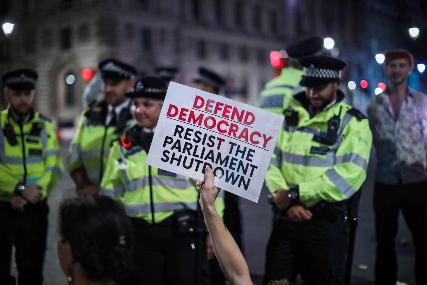 برطانیہ کے وزیر اعظم بورس جانس پہلے بھی بریگزٹ کے حوالے سے اپنے اقدامات پر عوامی احتجاج کا سامنا کر رہے ہیں۔ (اے پی)