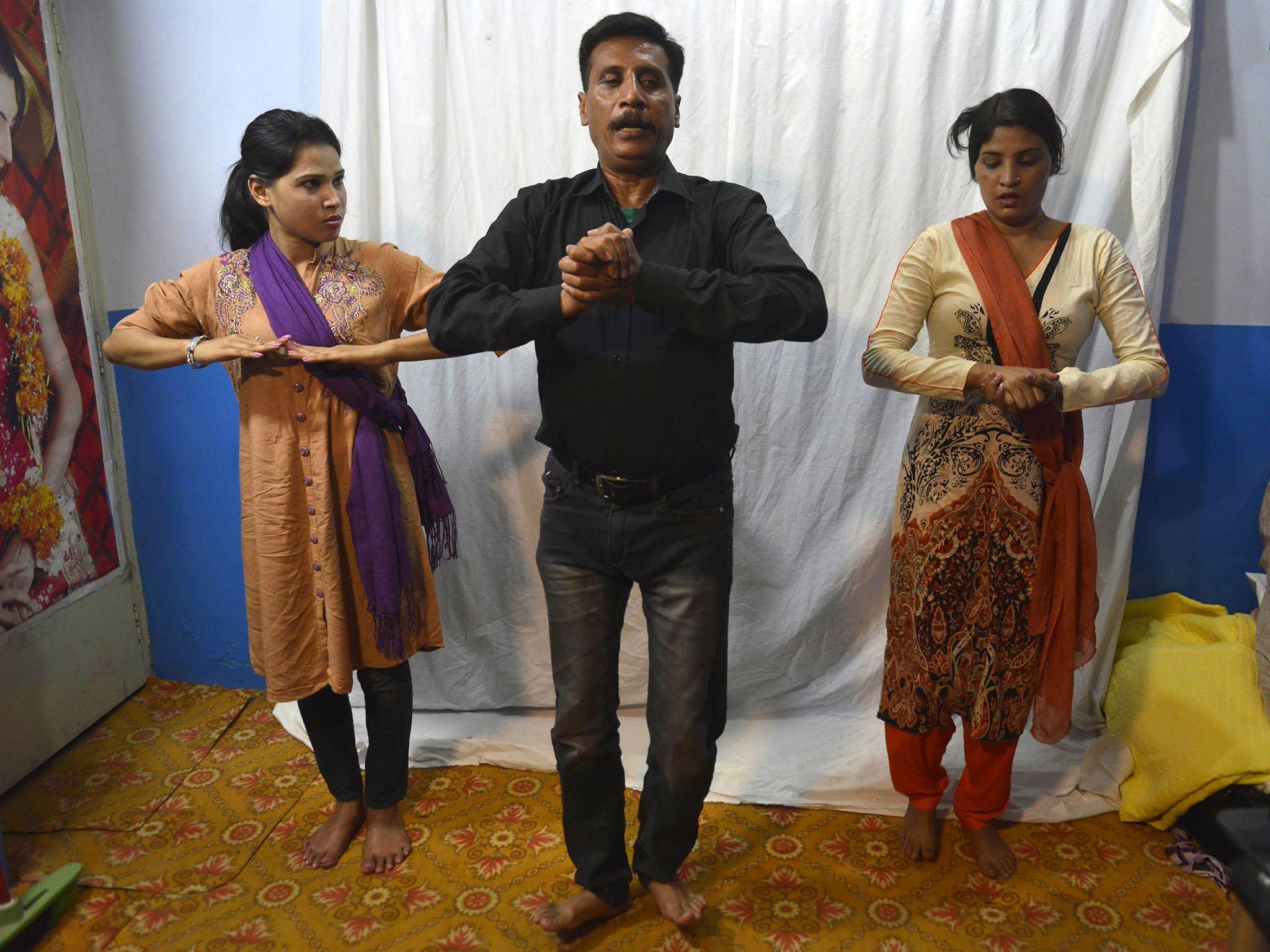 راشد بھٹی نامی ایک استاد اپنی شاگردوں کو رقص کی تربیت دیتے ہوئے