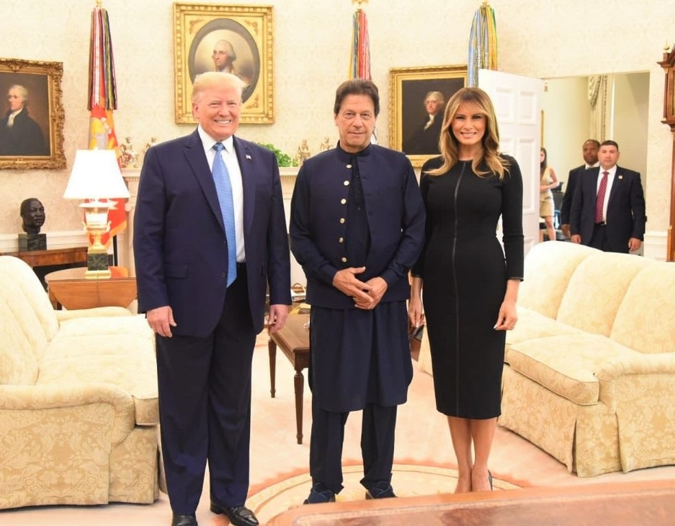 ملاقات کے بعد وزیر اعظم عمران خان کی صدر ٹرمپ اور امریکی خاتون اول کے ہمراہ اوول آفس میں تصویر (سوشل میڈیا تحریک انصاف)