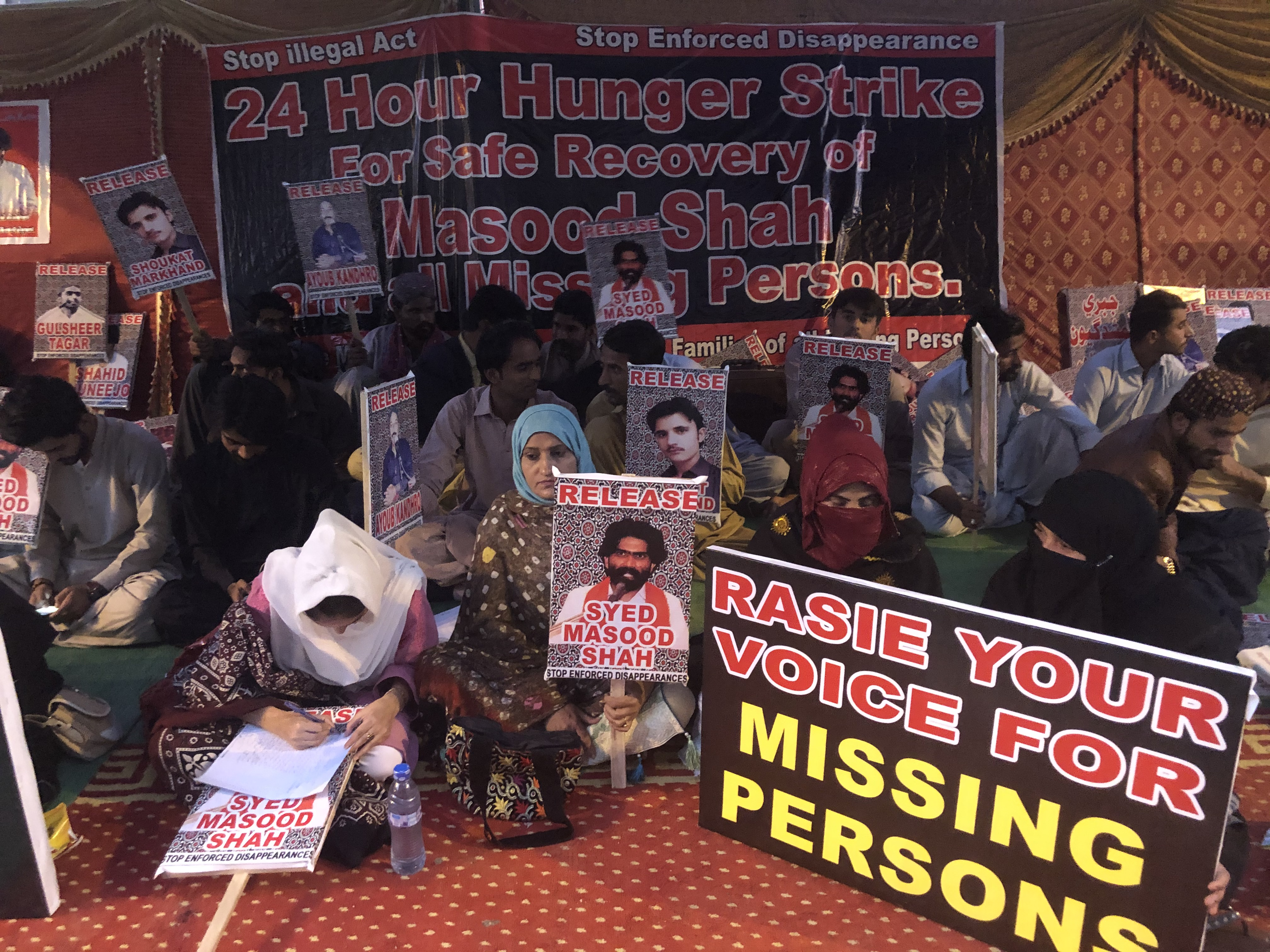 احتجاجی کیمپ 24 گھنٹے کی بھوک ہڑتال پر مشتمل تھا (امر گروڑو)