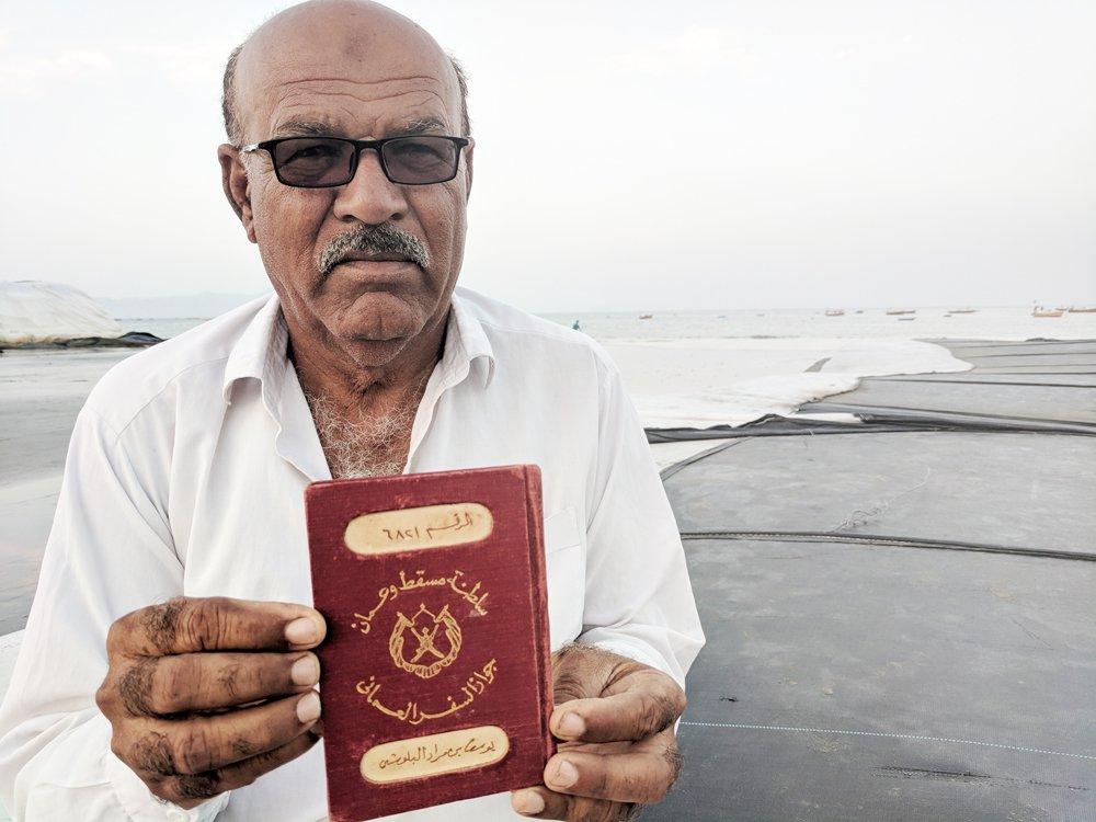 داد کریم اپنے والد کا عمانی پاسپورٹ دکھا رہے ہیں۔ تصویر حسام لشکری/عرب نیوز
