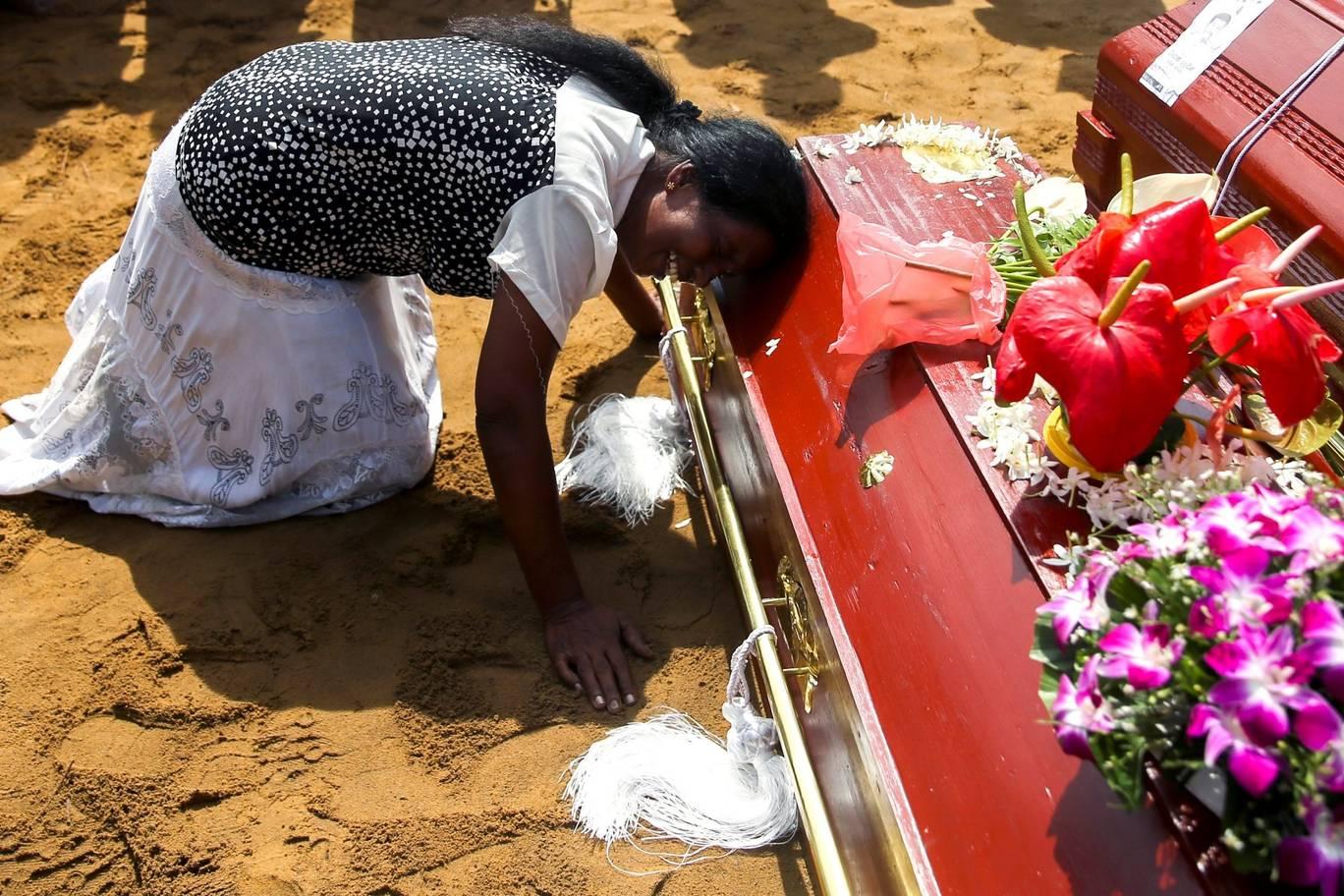 حملوں میں مرنے والے ایک شخص کی رشتے دار خاتون غم سے نڈھال ہیں۔ تصویر: روئٹرز