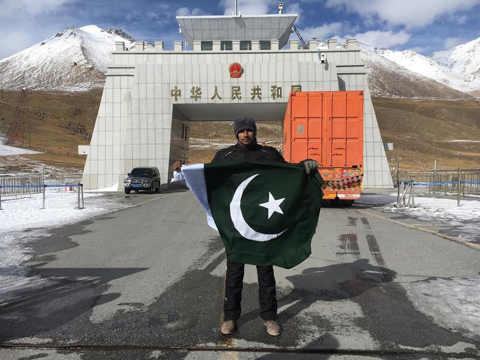 استحکام پاکستان ریلی میں شریک بائیکرکا کنجراب پاس پر قومی پرچم تھامے خوبصورت پوز.jpeg