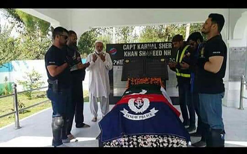 استحکام پاکستان ریلی کے شرکاء شہداء کی قبر پر فاتح خوانی کر رہے ہیں.jpeg