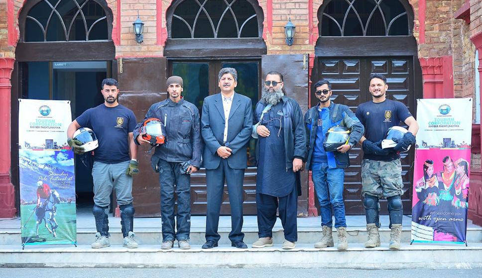 کراچی سے ملک بھر کا سفر کرنے والی استحکام پاکستان ریلی کا عجائب گھر پشاور آمد پر گروپ فوٹو.jpeg
