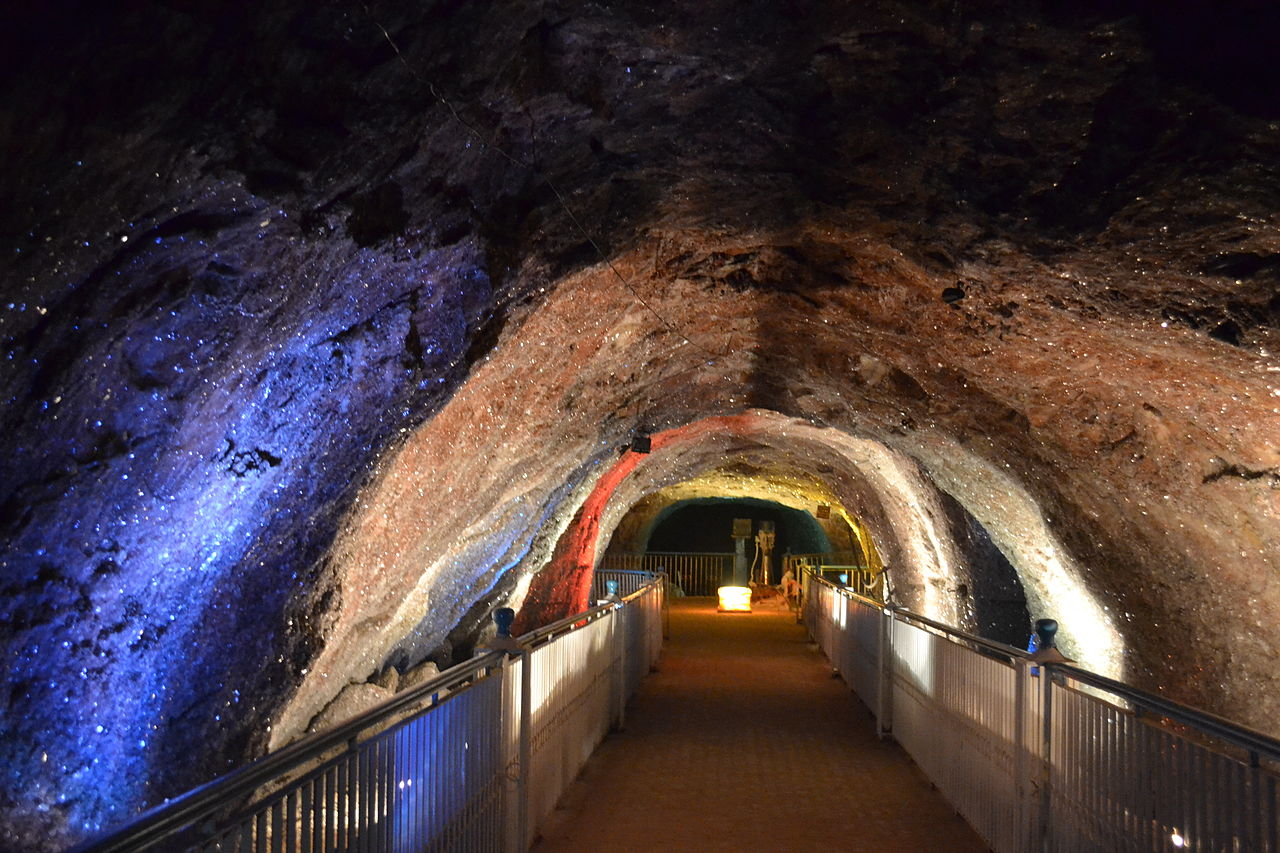 1280px-Khewra_Salt_Mine_-_Crystal_Deposits_on_the_mine_walls.jpg