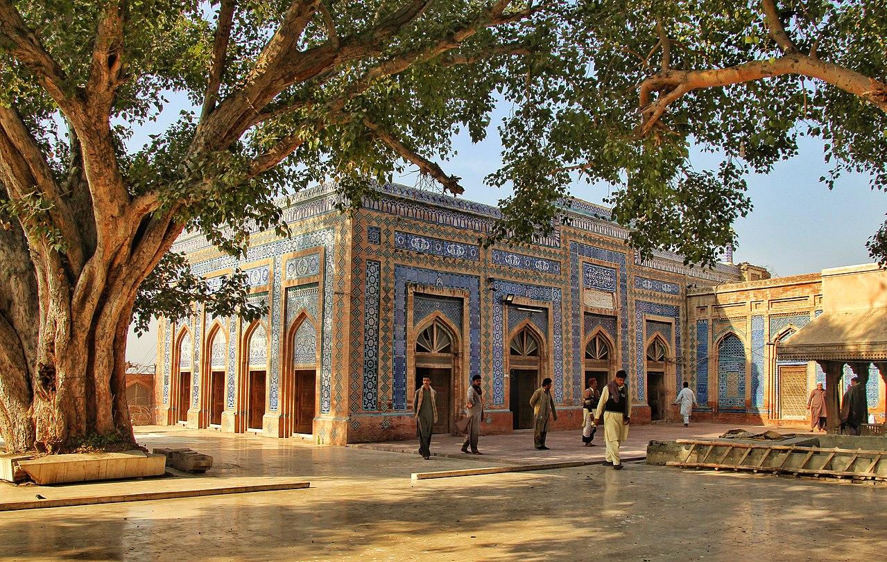 1280px-Mosque_of_Hazrat_Makhdoom_Jahaniyaan,_Uch_Shareef.jpg