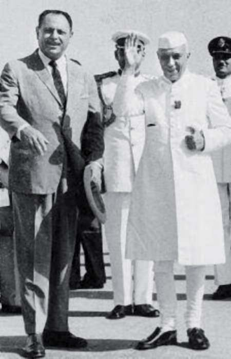 Indian-prime-minister-Jawahar-Lal-Nehru-right-being-received-by-Pakistans-president.png