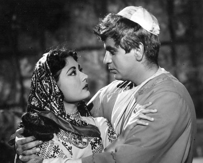 Meena_Kumari_with_Dilip_Kumar_in_Yahudi.jpg