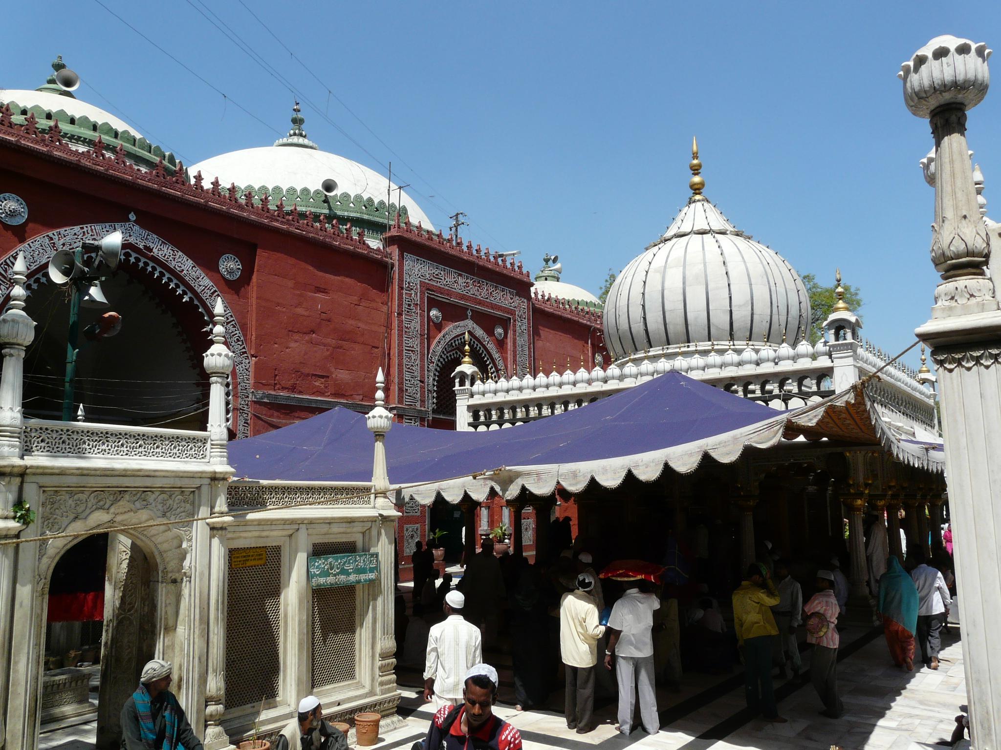 Nizamuddin_Dargah_and_Jamaat_Khana_Masjid,_Delhi.jpg