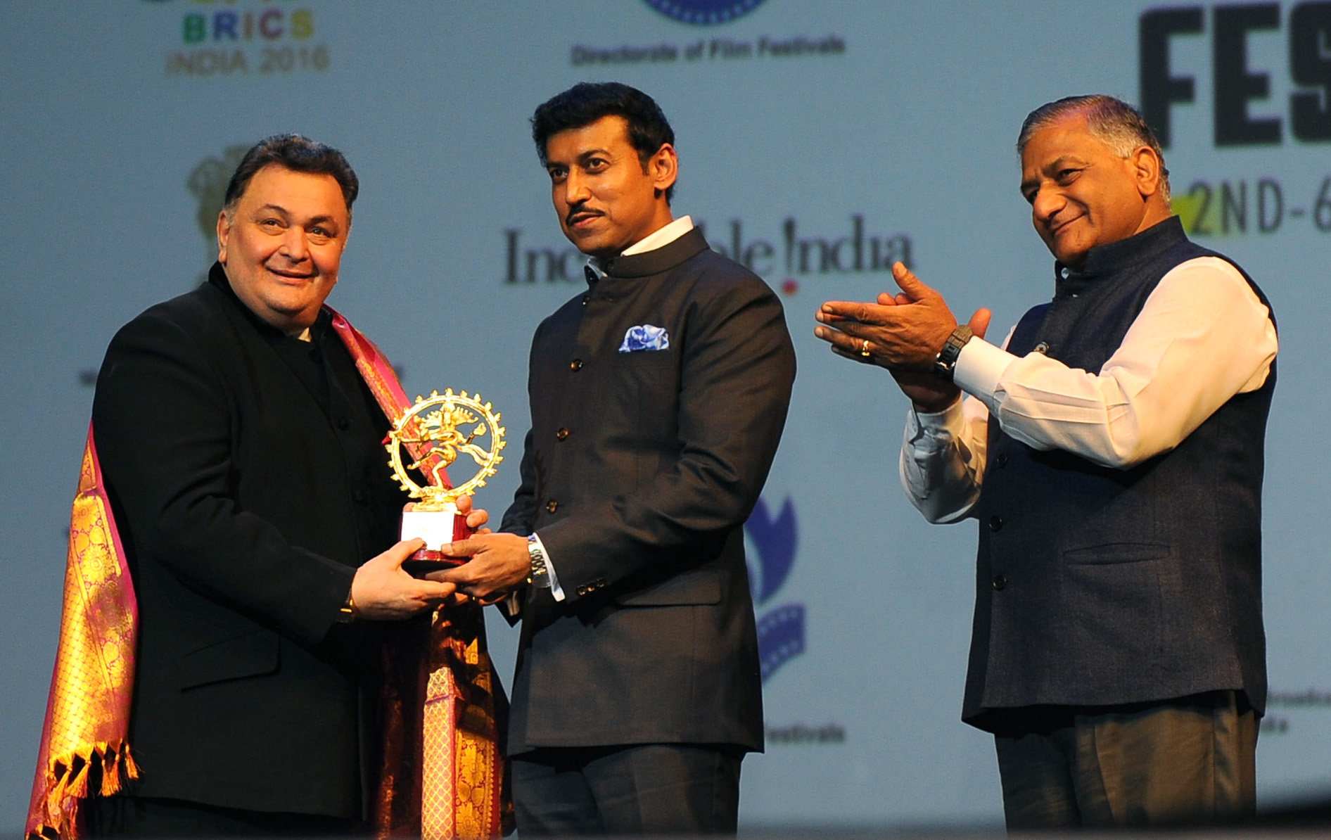 The_Minister_of_State_for_Information_&_Broadcasting,_Col._Rajyavardhan_Singh_Rathore_felicitating_the_Actor_Rishi_Kapoor,_at_the_inauguration_of_the_BRICS_Film_Festival,_in_New_Delhi.jpg